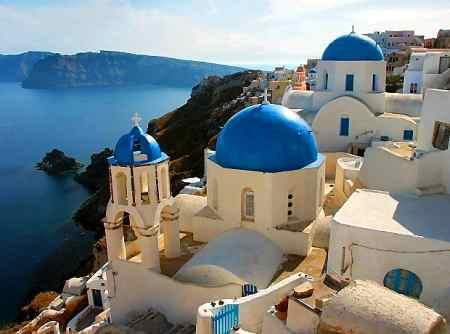 delle case a Santorini con delle cupole blu