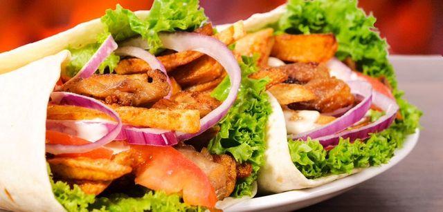 delle piadine con insalata e altri tipi di farcitura
