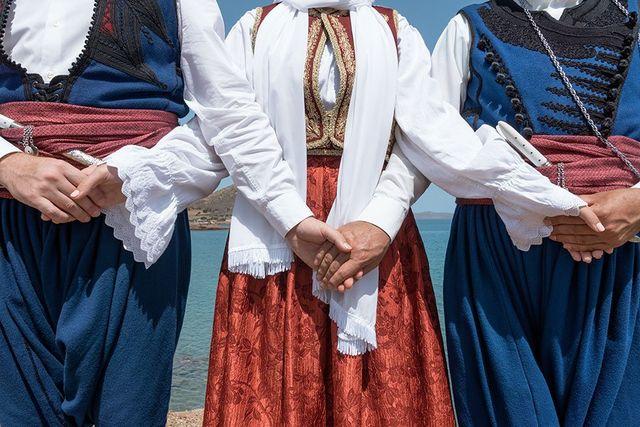 tre persone con dei vestiti tipici greci