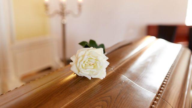 rosa bianca deposta su una bara
