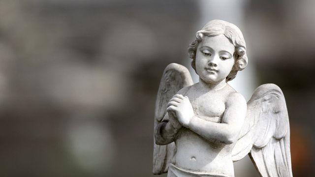 statua di marmo di un angioletto