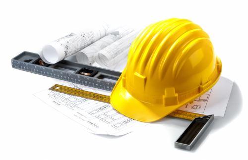 un elmetto,una livella e dei progetti edili