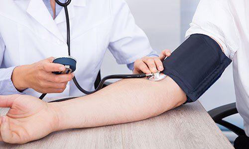 Un medico misura la pressione