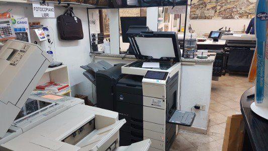 Interno del negozio, l'ufficio e varie macchine fotocopiatrici