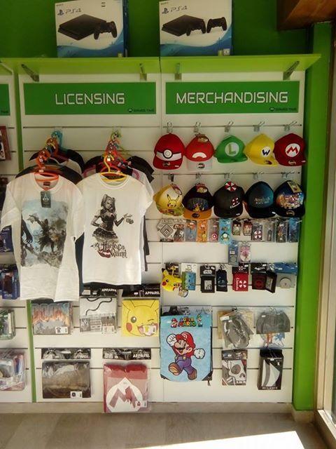 delle magliette , cappellini e altri accessori con immagini di cartoni animati