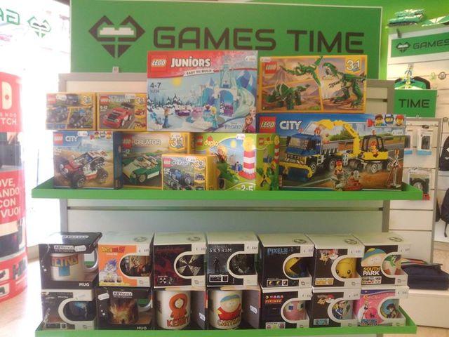 dei giochi per bambini e delle tazze con immagini di cartoni animati