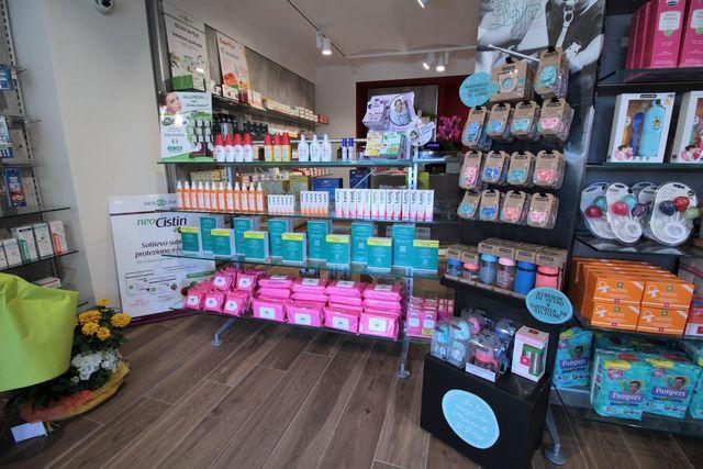 Vista di alcuni prodotti all'interno della farmacia