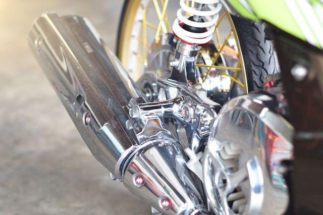 la marmitta metallizzata di una moto