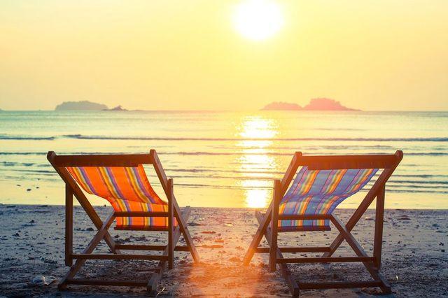 due sdraio sulla spiaggia e vista del tramonto