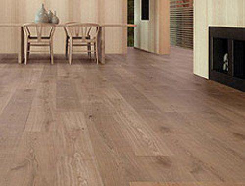pavimento in legno con tavolo e 4 sedie