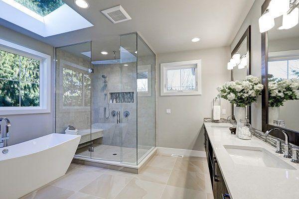 Sala da bagno di marmo con due specchi e box doccia  quadrato di vetro