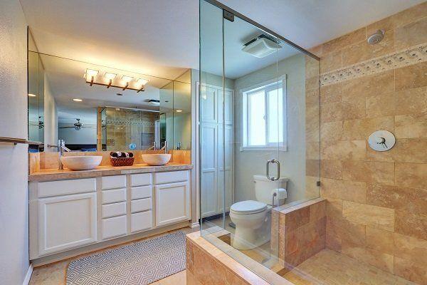 Sala da bagno di marmo , box doccia e la parete coperta con un grande specchio