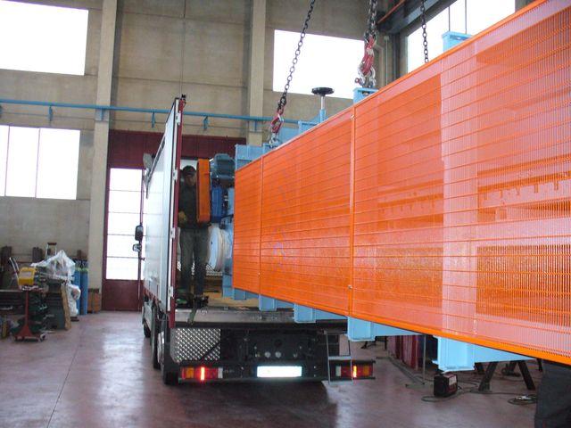 un camion container che carica materiale