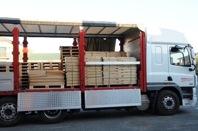 camion bianco carico di tavole di legno