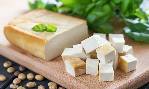Un tagliere con del formaggio