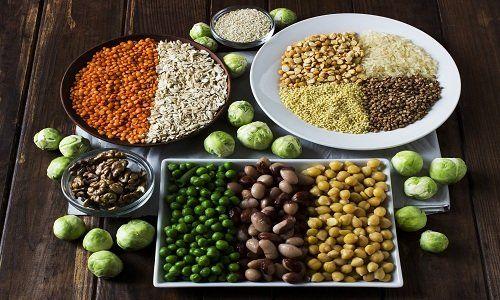 Un piatto a base di legumi e dei legumi secchi in altri due piatti