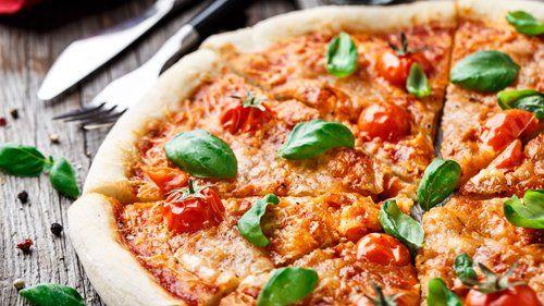 pizza margherita tagliata a fette