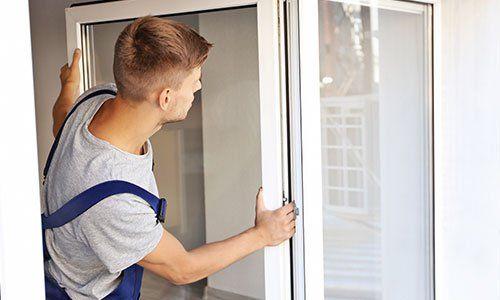 un uomo che sta installando una finestra
