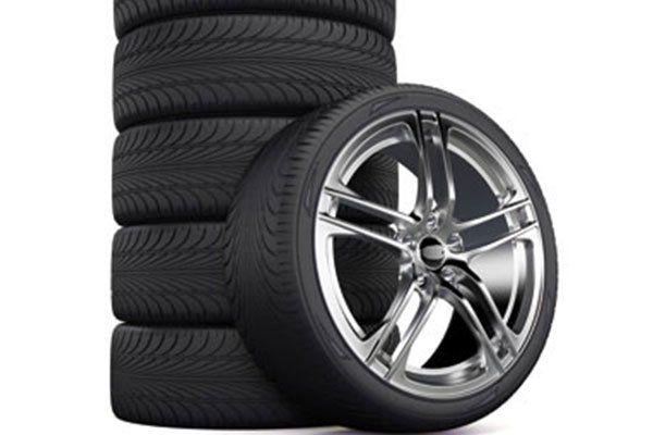 vista di una ruota e di una serie di pneumatici