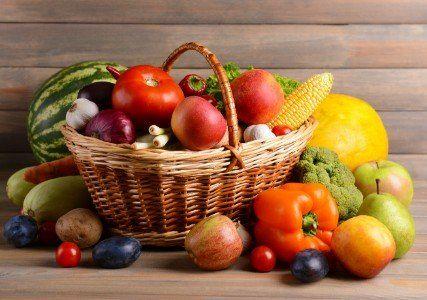un cestino con frutta e verdura