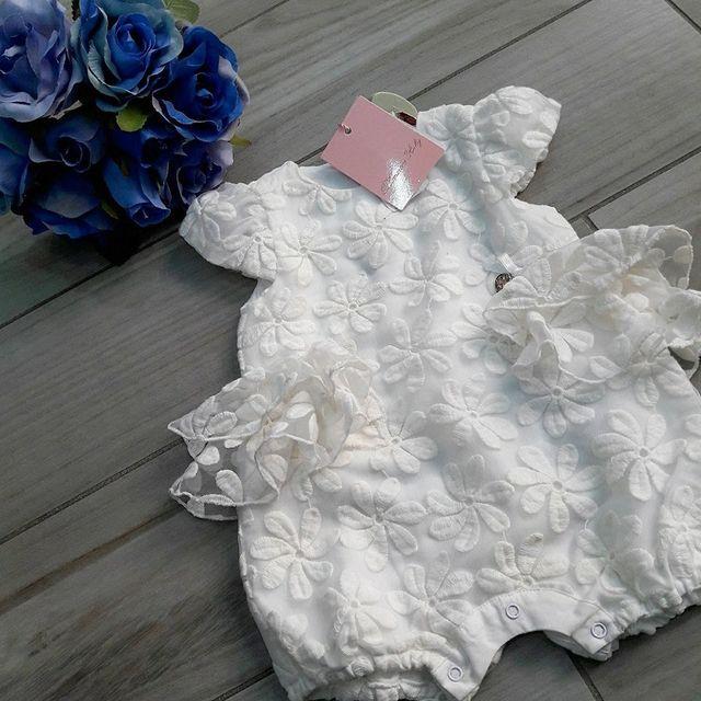 vestito della neonata con fiore