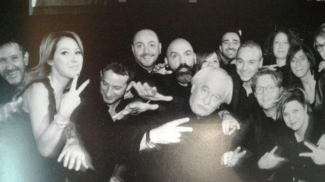 un gruppo di persone sorridenti