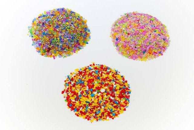mucchietti di materiali di plastica reciclati