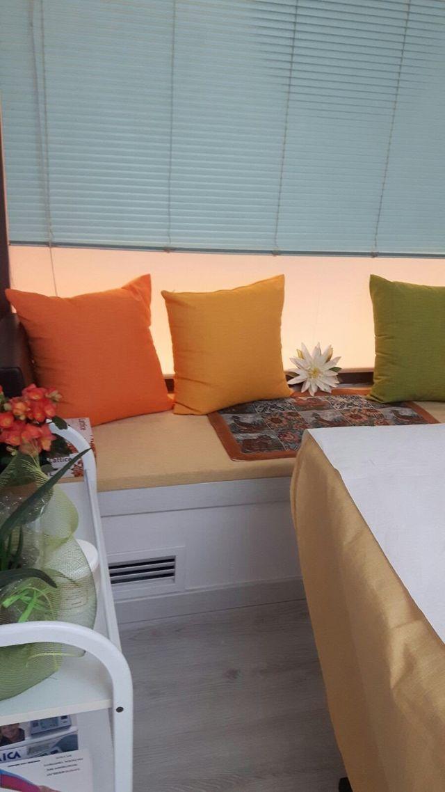 cuscini colorati sotto una finestra