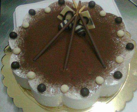 torta con panna e cioccolato circondata da praline