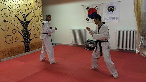 due uomini intenti a fare taekwondo