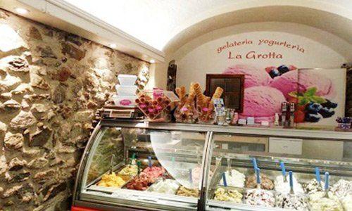 Vetrina gelati Dolzino e la Grotta Gelateria Chiavenna (SO)