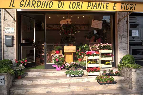 esterno del negozio con insegna Il Giardino di Lori Piante e Fiori