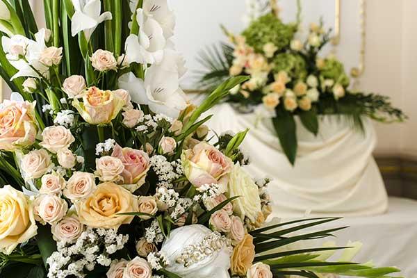 Bouquet di rose di color rosa e orchidee bianche
