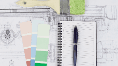 un taccuino con una penna e degli esempi di colore