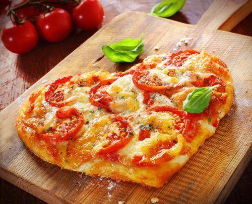 un tagliere con una pizza a forma cuore