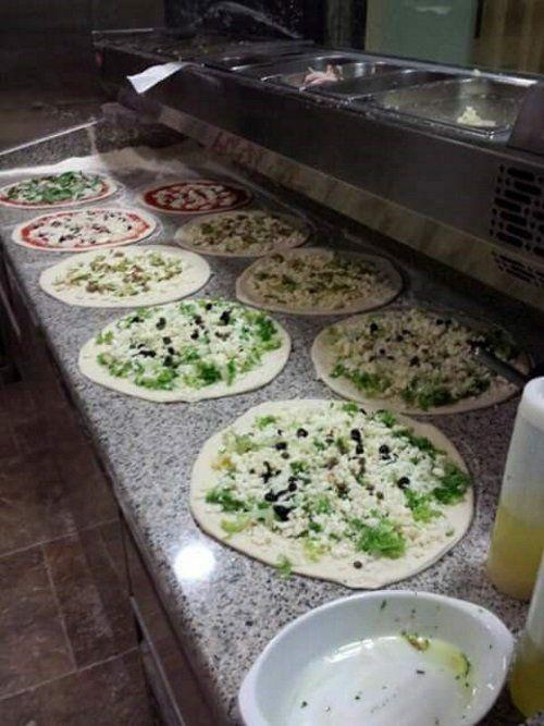 un piano cucina in marmo con dei pasti di pizza