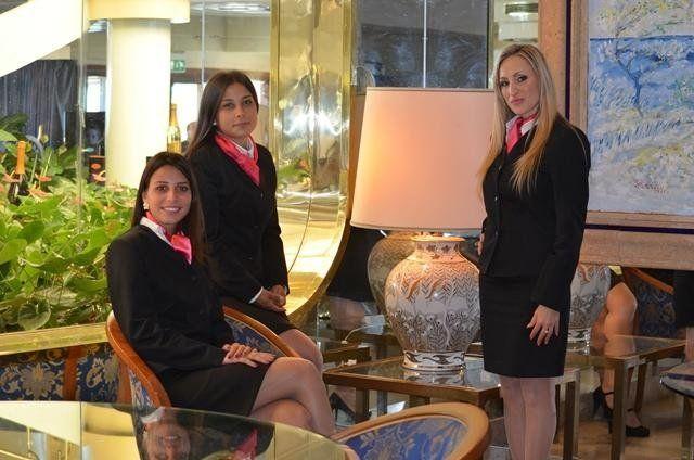 Tre receptionist in divisa