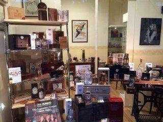 oggetti vintage e da collezione dentro un negozio