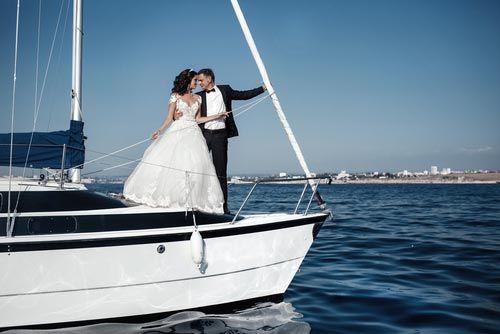 sposi sulla prua di una nave