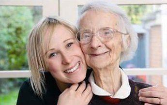 Badante con l'anziana felice a Varese