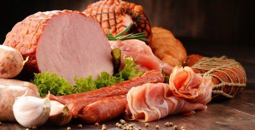 prodotti a base di carne assortiti compreso prosciutto e salsicce