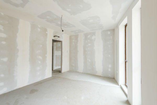 interno di una casa con pareti in cartongesso pronte ad essere imbiancate