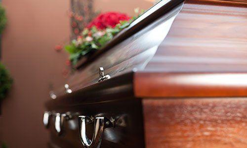 La religione, la morte e dolor - funerario e cimiteriale; funerale con la bara