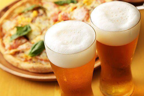 due bicchieri di birra e una pizza