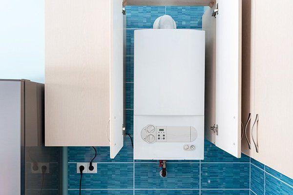 Caldaia di acqua calda protetta da un armadio