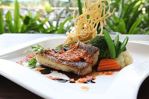 Pesce alla griglia e contorni de verdure