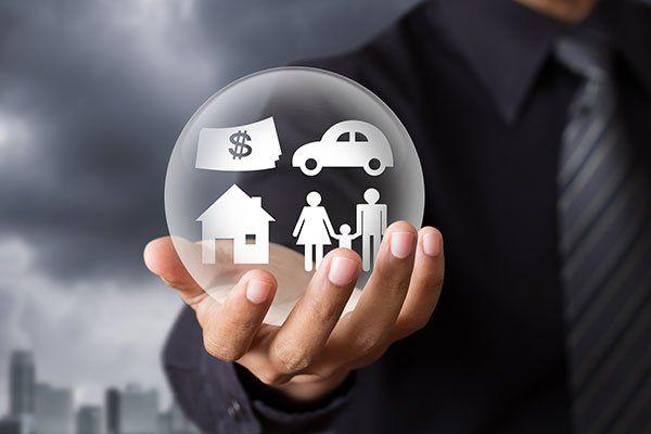 Sfera di cristallo con una famiglia,casa,auto e denaro em il interno