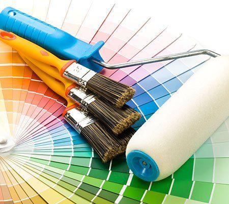 dei pennelli,un rullo e degli esempi di colore
