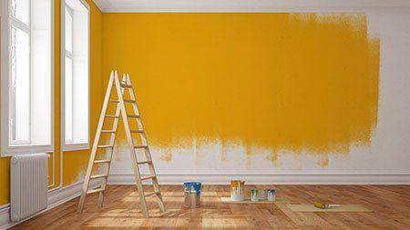 una scala e una parete verniciata di arancione