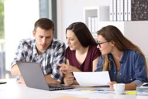 tre persone davanti al computer